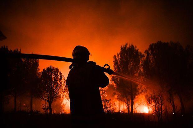 Les pompiers sont parvenus à contenir l'incendie près d'Aubagne, photographié ici samedi.