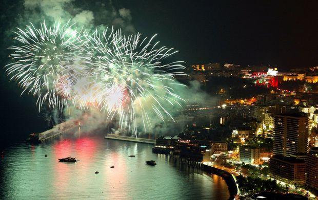Feux d'artifices au-dessus de Monaco, après les cérémonies d'intronisation du nouveau prince, le 12 juillet 2005.
