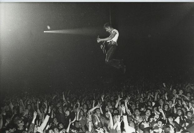 Février 1985 « Au Zénith, une entrée comme il les aimait. Au-dessous de lui, 7 000 fans lui tendent les bras. » Tony Frank