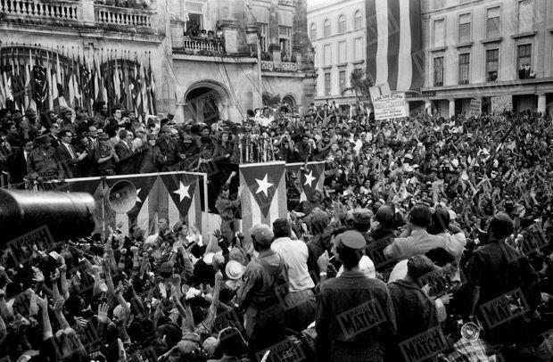 Fidel Castro à la tribune, lors de la révolution cubaine, photographiée en janvier 1959 par Daniel Camus de Paris Match.
