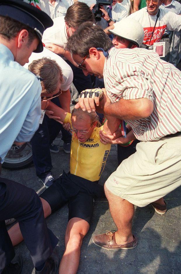 Laurent Fignon effondré et exténué, 23 juillet 1989 à Paris, vient de perdre le Tour pour 8 secondes.