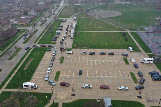 File d'attente pour une distribution de nourriture à Oak Park, dans le Michigan, mercredi.
