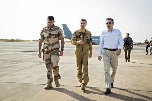 Avec le général François-Xavier de Woillemont, commandant de la force Barkhane, et le colonel Guillaume Thomas, chef du détachement aérien, à Niamey, le 19 décembre.