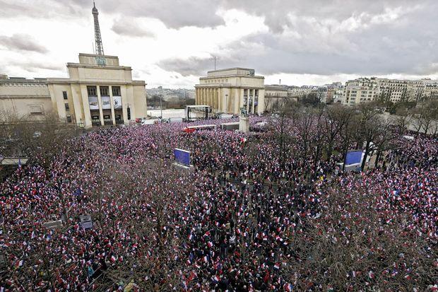 On annonçait 20 000 personnes sur une place impossible à remplir. Ils seront, dimanche 5 mars, malgré la pluie, 40 000 selon la police, 200 000 selon les organisateurs.
