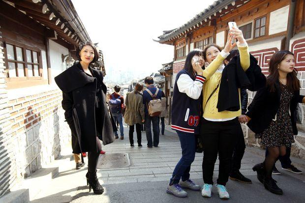 En ambassadrice du chic parisien dans Bukchon Hanok, le quartier historique de Séoul