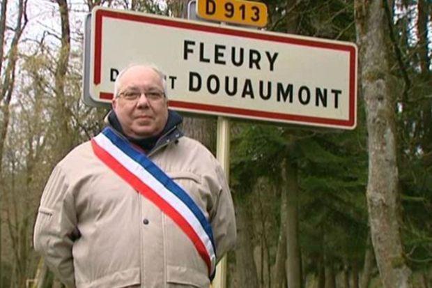 Devant le panneau de Fleury-devant-Douaumont, le maire Jean-Pierre Laparra