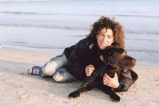 Florence Arthaud en 2004 à Marseille avec son chien, Noé.