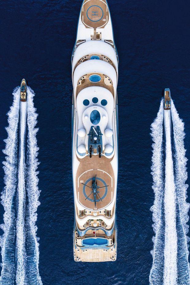 Cent trente-six mètres de long, six ponts, deux pistes d'hélicoptère : il est le plus grand des yachts à louer.