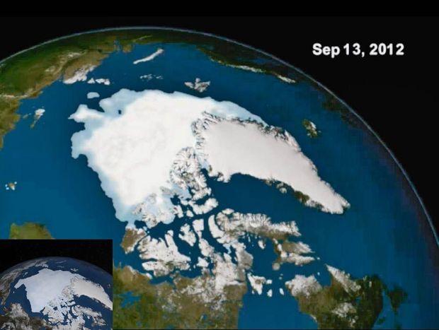 Photo par satellite de la Nasa montrant la banquise arctique en été. En médaillon, en 2012, la banquise arctique a connu un record de fontes. Elle était plus étendue cette année.