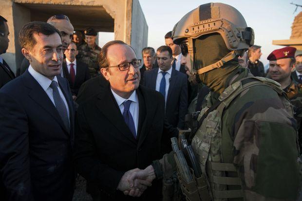 François Hollande avec les Forces spéciales françaises à un poste d'observation près de Mossoul.