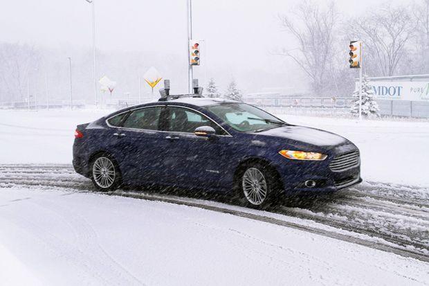 Même sous la neige : en novembre 2015, Ford a testé pour la première fois une Mondeo hybride et autonome dans ces conditions extrêmes.