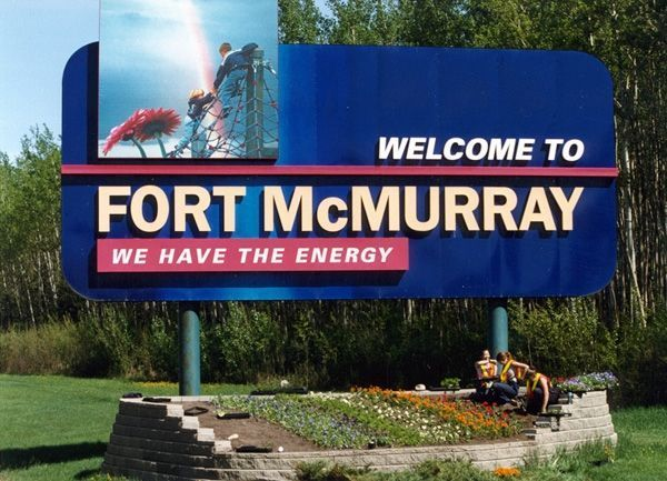 """""""Bienvenue à Fort McMurray"""" proclame ce panneau pimpant qui annonce plutôt selon David Dufresne """"la fin de la civilisation""""."""