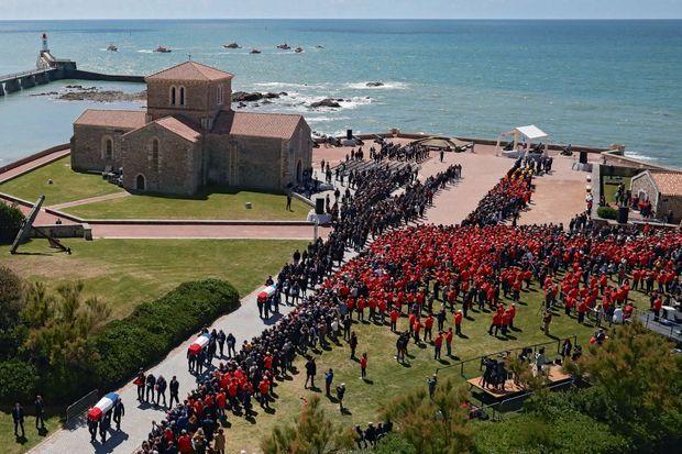 Le 13 juin. Fort Saint-Nicolas aux Sables-d'Olonne. Cérémonie présidée par Emmanuel Macron à la mémoire des trois sauveteurs. Ils sont décorés à titre posthume de la Légion d'honneur.