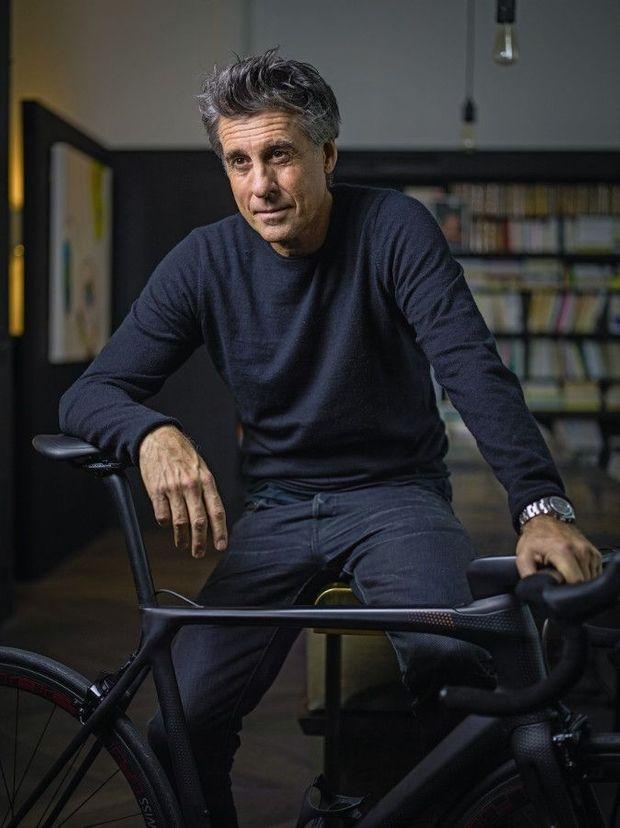 Fibre de carbone, texture aérodynamique, 6,3 kilos, la monture parfaite pour ce fou de cyclisme.