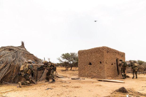 Fouille de construction désertée, lundi 10 juin. L'école en boue séchée a été brûlée pour avoir abrité des cours de français. Au-dessus des commandos, leur drone de surveillance ne les perd pas de vue