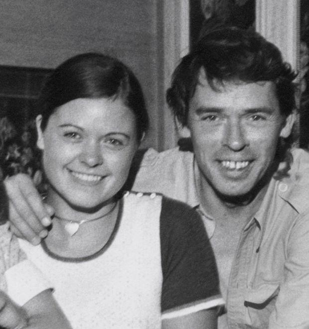 France et Jacques en 1975. « J'arrive », premier documentaire d'une série à venir, débute sur les marches du Palais des Festivals à Cannes, en mai 1973 et se termine par la traversée de l'Atlantique en janvier 1974. « On m'a souvent questionnée sur cette phase de sa vie. J'y réponds aujourd'hui. »