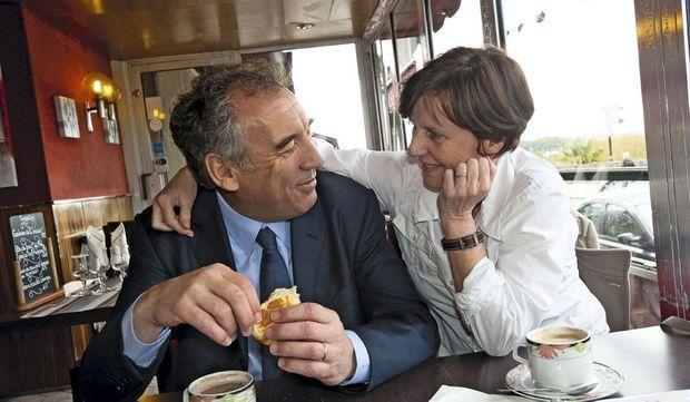 Dimanche 22 avril 2012. Après le vote, François Bayrou et son épouse Babeth prennent un petit déjeuner à Pau.