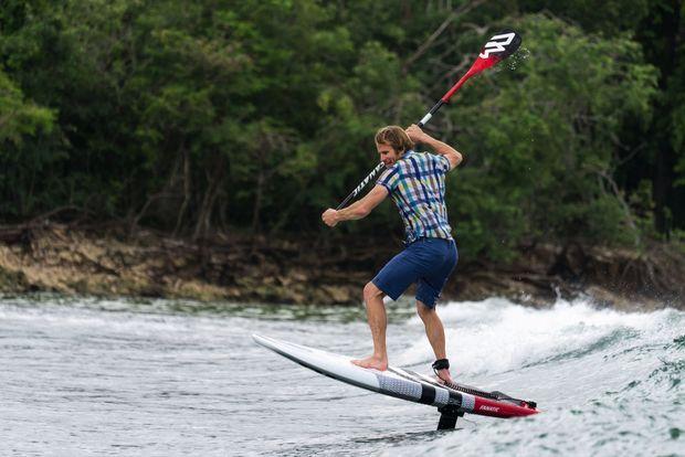 Huit heures après l'arrivée, François Gabart s'exerce déjà sur son paddle à foil : excellent pour les chevilles.