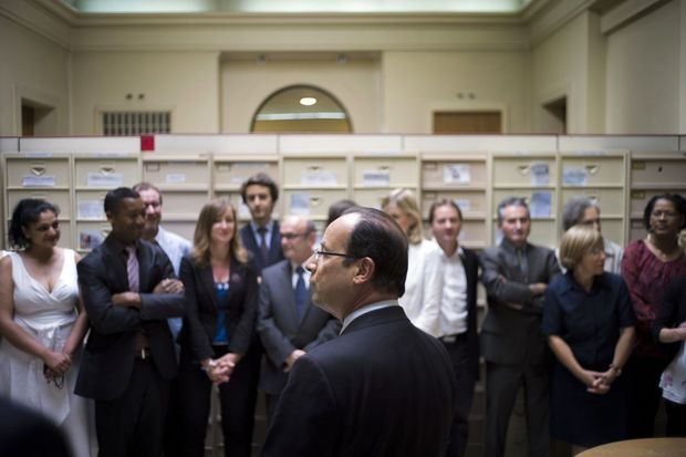 Juillet 2012: François Hollande rend visite aux salariés de la correspondance présidentielle, installés dans le palais de l'Alma, quai Branly, à Paris.