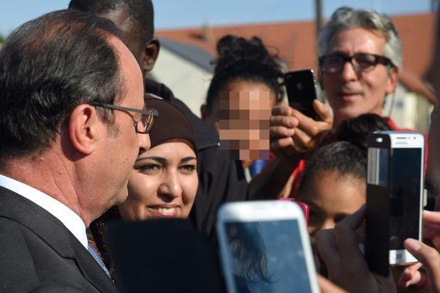 François Hollande discute avec des mères d'élèves au collège Jean-Rostand d'Orléans, jeudi.