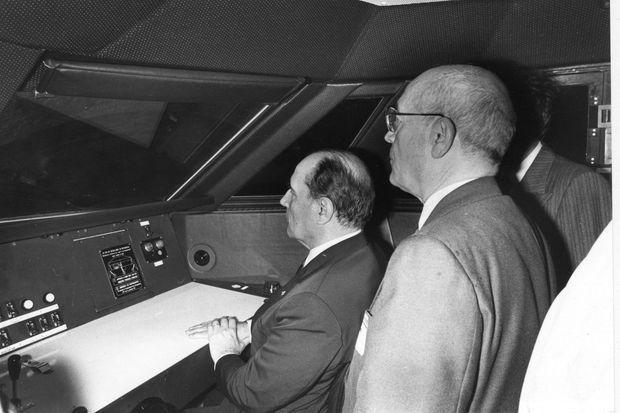 François Mitterrand à bord d'un TGV, le 22 septembre 1981.