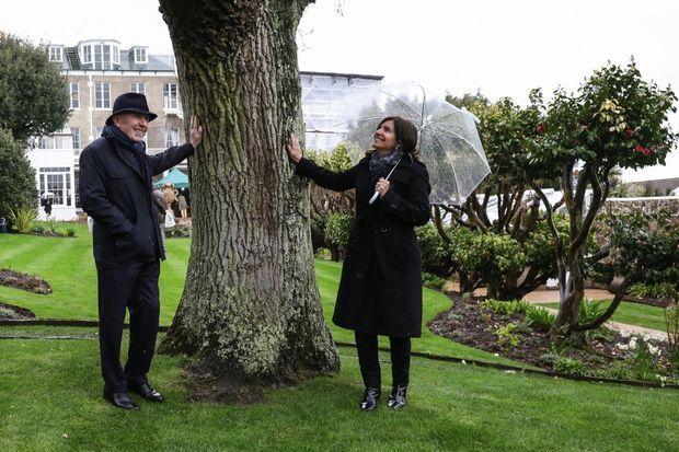 François Pinault et Anne Hidalgo au pied du chêne planté en 1870 par Victor Hugo.