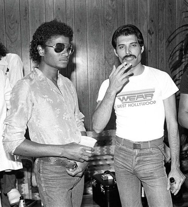 Freddie Mercury et Michael Jackson en coulisses, à Los Angeles, en 1980.
