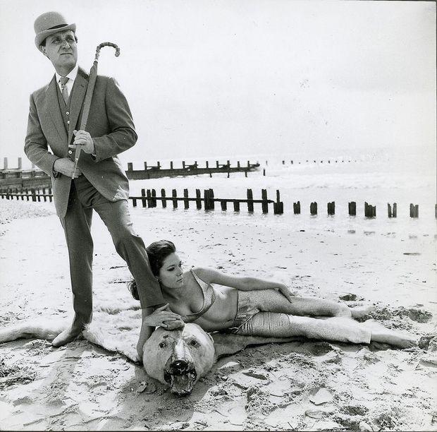 Patrick Macnee et Diana Rigg dans le rôle d'Emma Peel.