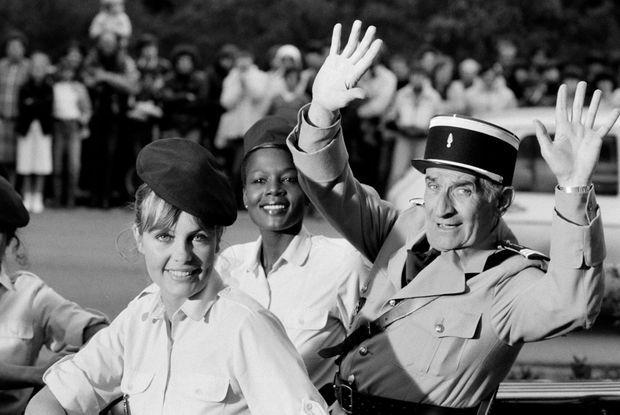 """Louis de Funès avec Sophie Michaud (premier plan) et Nicaise Jean-Louis, sur le tournage du film """"Le gendarme et les gendarmettes"""" à Saint-Tropez, en avril 1982."""