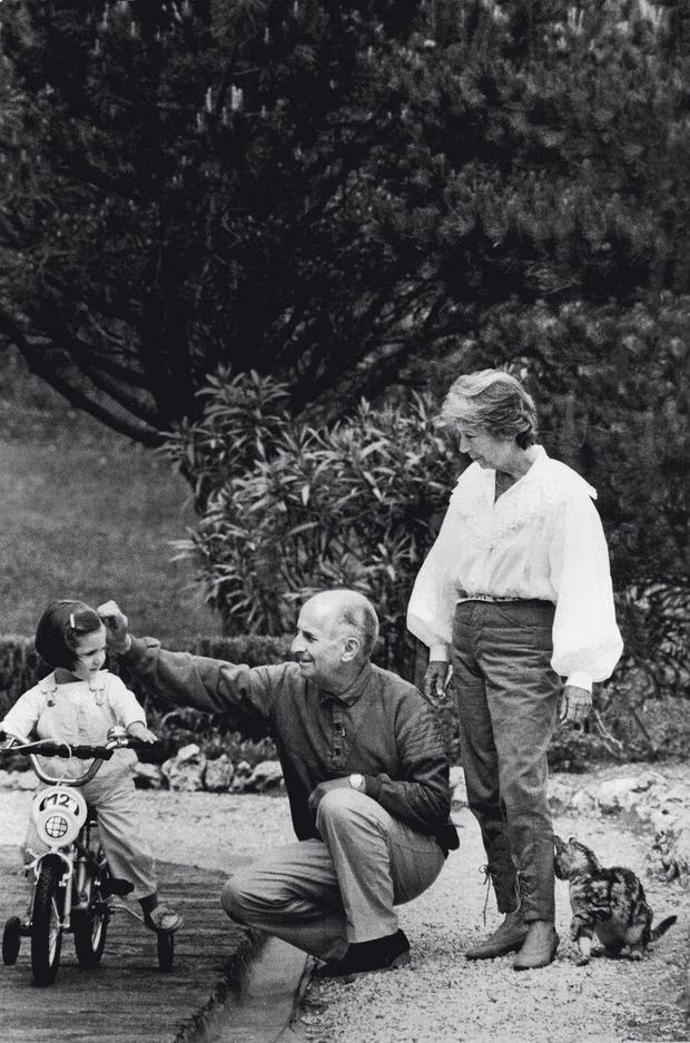 Julia, 4 ans, avec ses grands-parents, Louis et Jeanne, dans le parc de leur domaine, le château de Clermont.