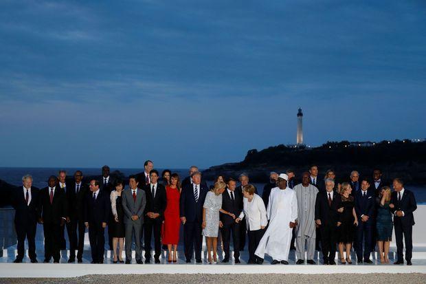 Les dirigeants du G7 et leurs épouses posent pour la photo de famille dimanche soir à Biarritz.