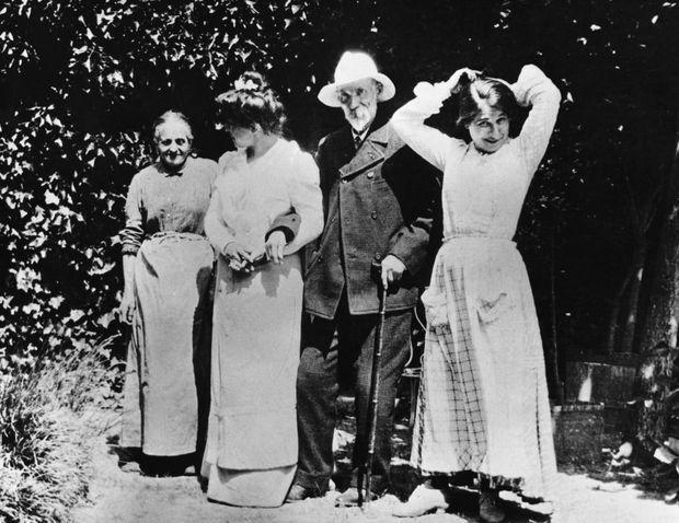 """Auguste Renoir, dans son jardin du """"Domaine des Collettes"""", avec des membres de sa famille et Gabrielle (à droite)."""