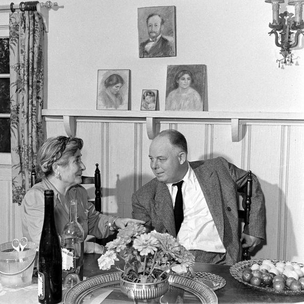 Le réalisateur Jean Renoir, fils d'Auguste, en compagnie de Gabrielle Renard, en 1942.