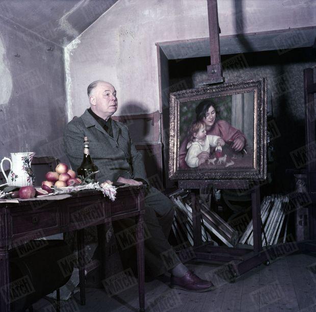 Jean Renoir pose devant Gabrielle peinte par son père, pour Match en 1959.