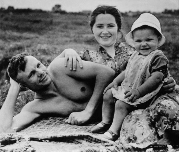 Youri Gagarine, son épouse Valentina et leur fille ainée Yelena, en 1960.