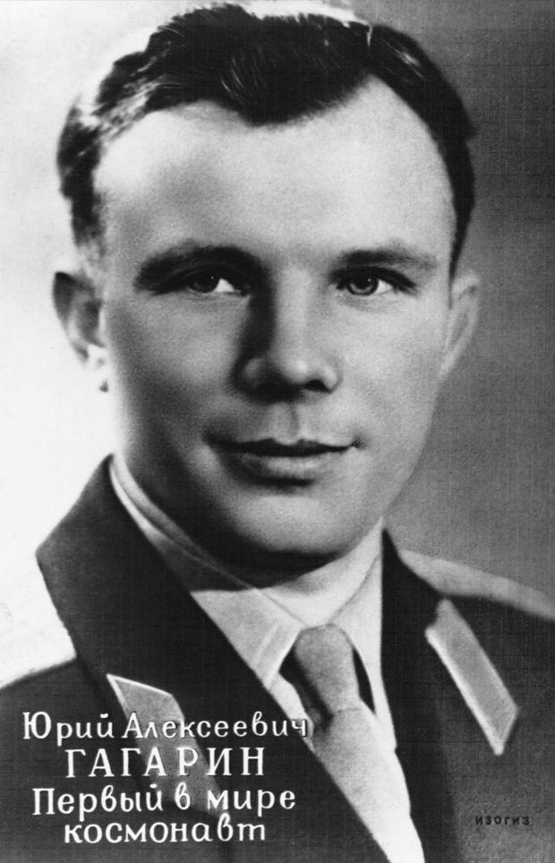 « En quelques heures, une carte postale de Gagarine a été tirée à des millions d'exemplaires. Coût.- 8 kop. (5 fr). » - Paris Match n°628, 22 avril 1961