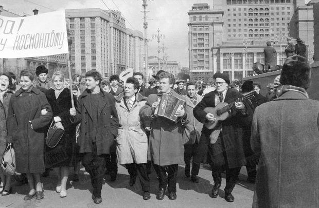 « À Moscou, c'est le joyeux défilé des pancartes. » - Paris Match n°628, 22 avril 1961