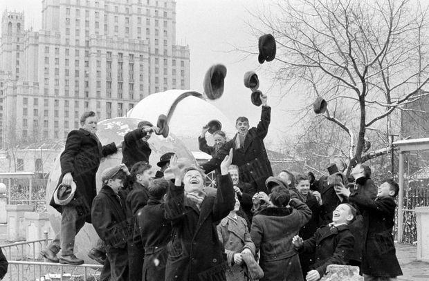 « Au Planétarium, le professeur a voulu improviser un cours. Mais les enfants étaient trop surexcités pour entendre. » - Paris Match n°628, 22 avril 1961