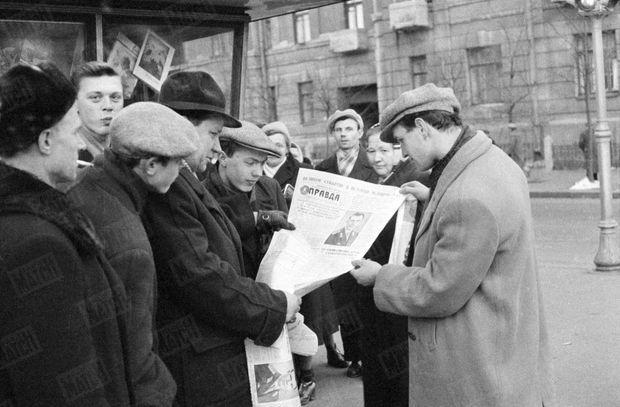 """« À la sortie des ateliers, l'édition spéciale de la """"Pravda"""" s'est arrachée. » - Paris Match n°628, 22 avril 1961"""