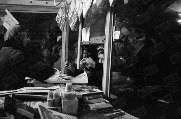 """« L'autre journal, les """"Izvestia"""" a consacré à Gagarine ses six pages. » - Paris Match n°628, 22 avril 1961"""