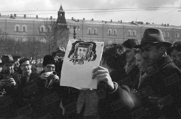 « Place du Manège, un artiste a fait un portrait du grand homme après l'avoir vu à la Télévision. C'est une aubaine pour les photographes amateurs. » - Paris Match n°628, 22 avril 1961