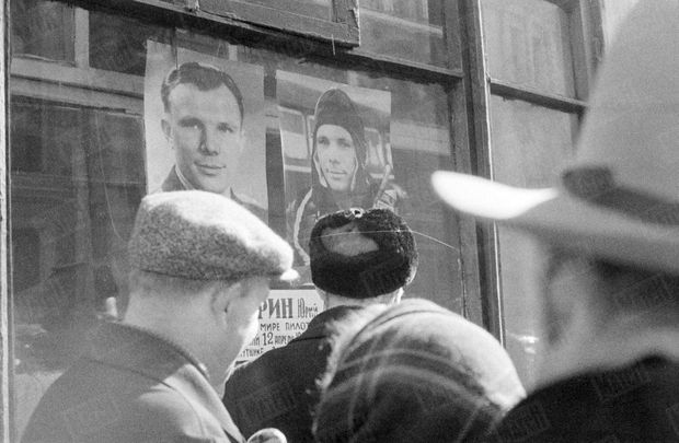 « Les murs se sont couverts d'un visage hier inconnu : celui de la nouvelle idole. On ne possédait encore que deux photographies de Gagarine. » - Paris Match n°628, 22 avril 1961