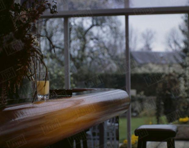 « L'homme de la ville et de la nuit s'était retiré à l'Espérance, l'hôtel-restaurant haut de gamme de Marc et Françoise Meneau. Chambre n°30, un appartement privé de 85 m2 où il avait installé, avec lui, un peu de son fabuleux décor quotidien : deux toiles de grands peintres, des bibelots et l'ours en peluche de son enfance. Il avait aussitôt trouvé sa place au bar, toujours la même. » - Paris Match n°2188, 2 mai 1991