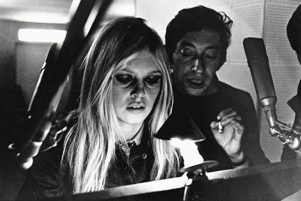 Brigitte Bardot et Serge Gainsbourg en studio.