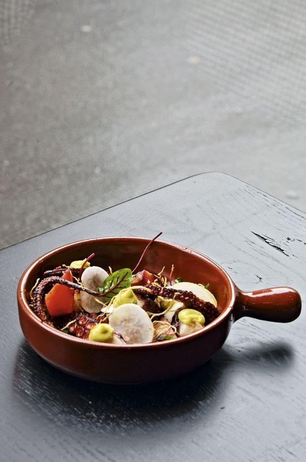 Poulpe snaké à la plancha, herbes, poivron rouge et chorizo, au Levain.