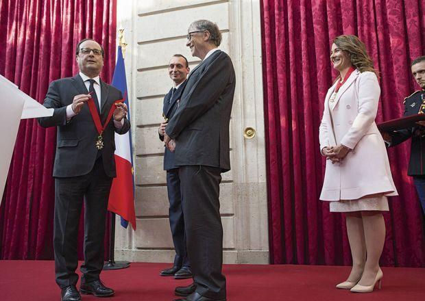 François Hollande décore Bill et Melinda Gates vendredi 21 avril.
