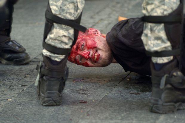 En 2010, un contre-manifestant d'extrême-droite immobilisé par des policiers à Belgrade.