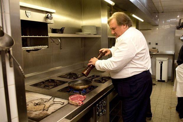 Huit heures du matin : Gérard prépare une côte de boeuf dans les cuisines de La Fontaine Gaillon, son restaurant du IIe arrondissement.