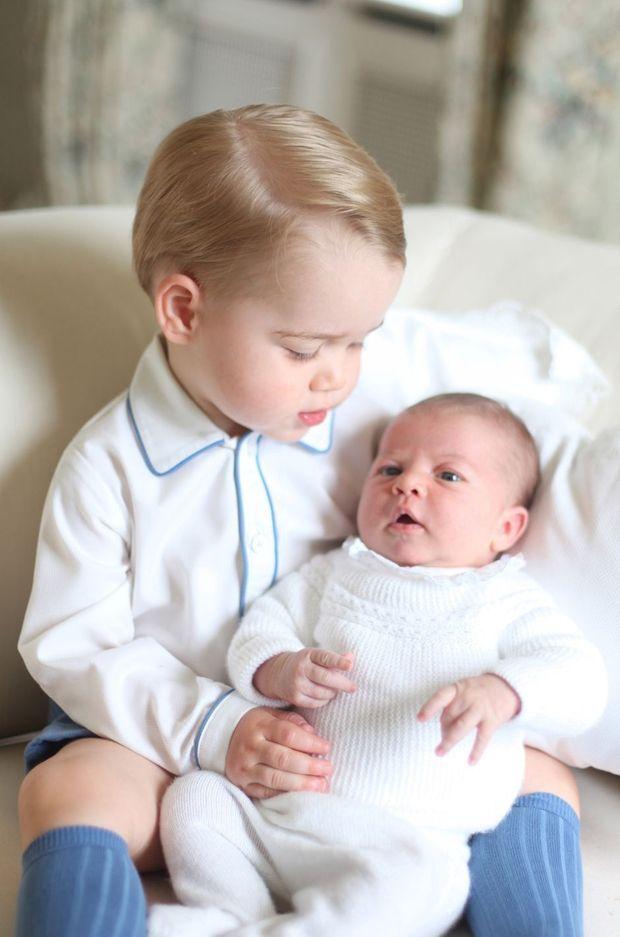 Portrait du princesse Charlotte de Cambridge avec son grand frère le prince George, par Kate Middleton