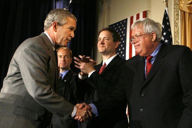 Octobre 2006. Le président George W. Bush salue Dennis Hastert, lors d'un événement de campagne dans l'Illinois.